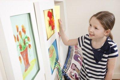 Kind met kinderkunst lijst.