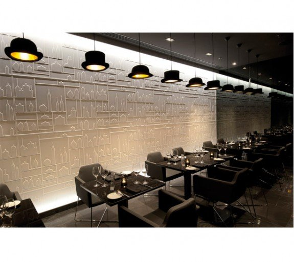 Bolhoed lampen in een restaurant - Jake Phipps